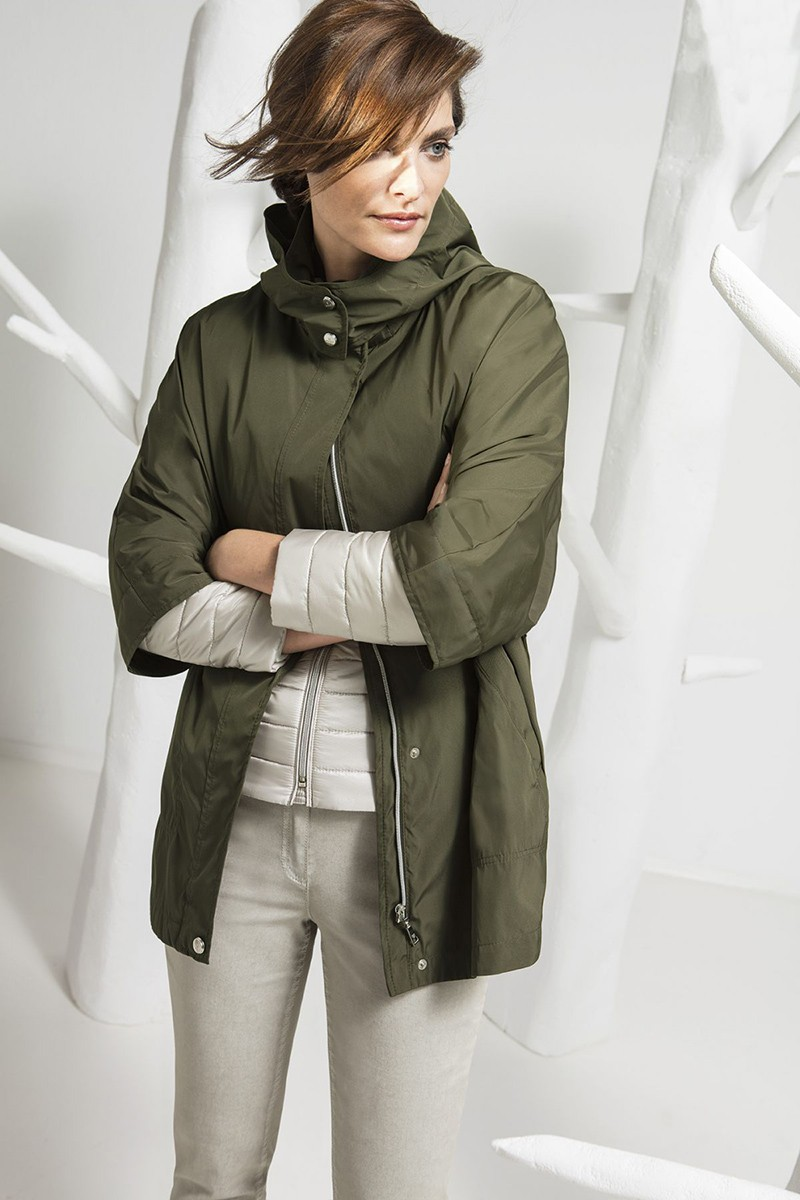 куртка цвета хаки и светлые брюки