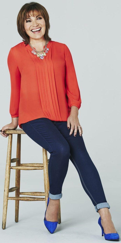 Мода весна лето 2019 для женщин за 40: красная блуза и темно-синие джинсы