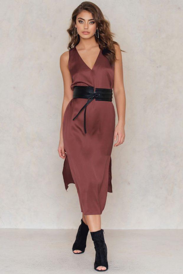бордовое платье из атласа без рукавов
