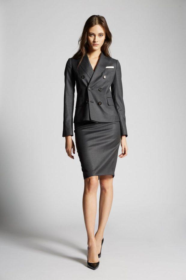 серый костюм в классическом стиле