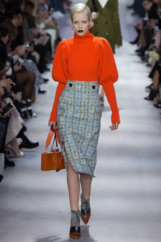 серая юбка в клетку и красный свитер с объемными рукавами