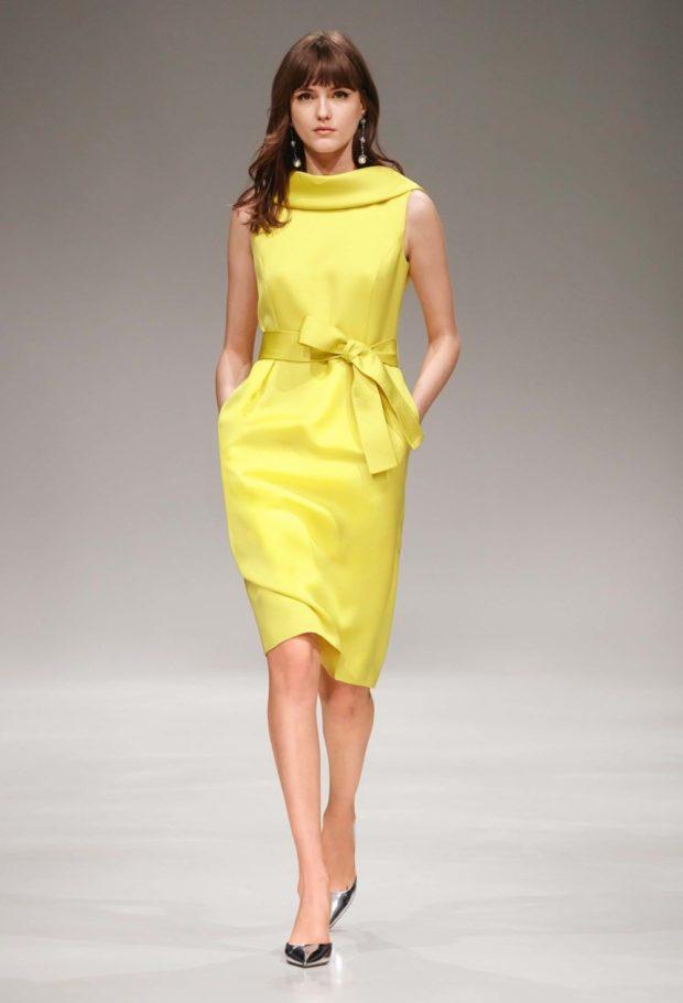 желтое платье с поясом без рукавов