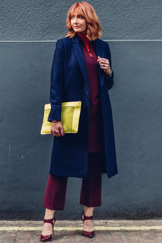 тесно-синее пальто и яркая сумка