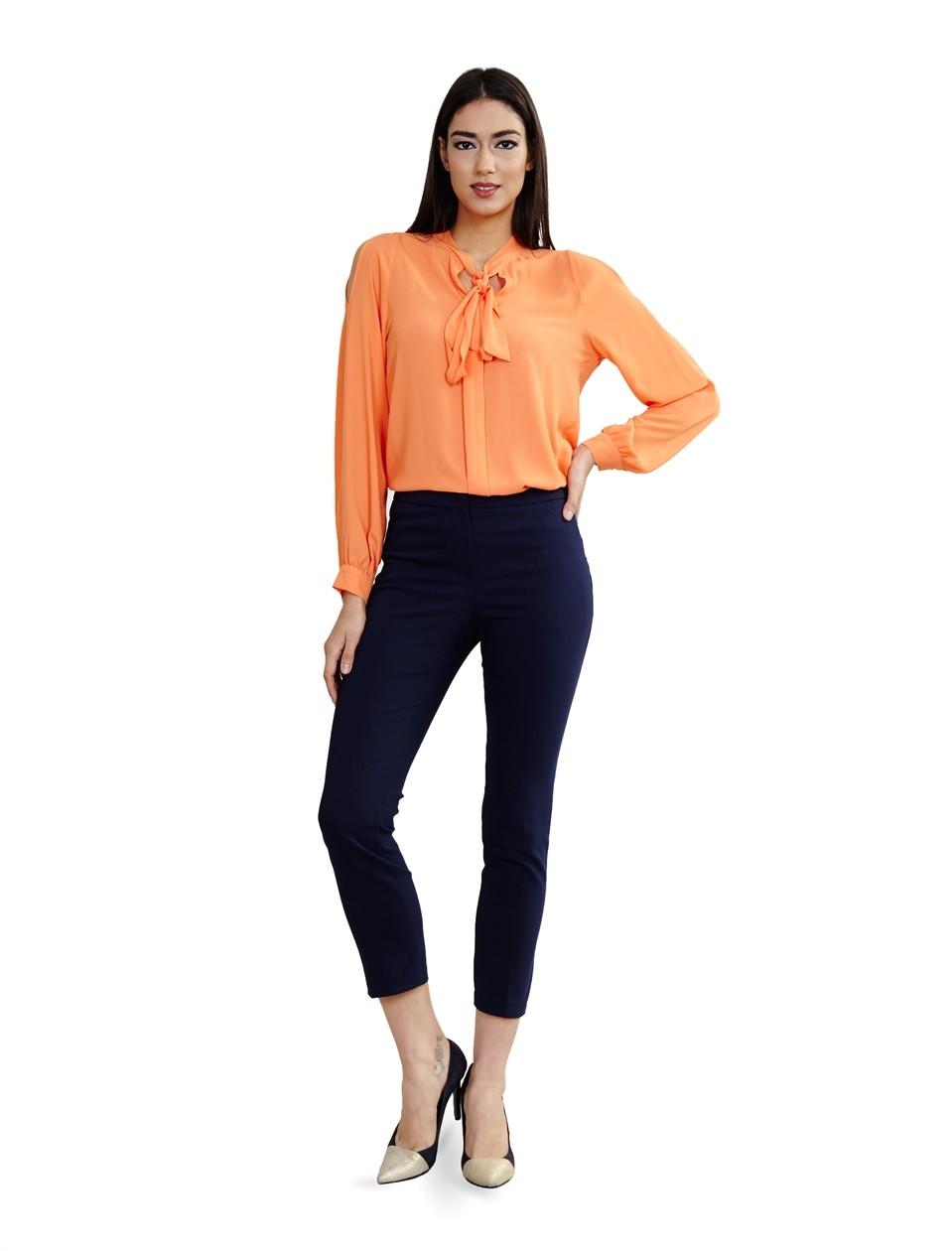оранжевая блуза и темные укороченные брюки