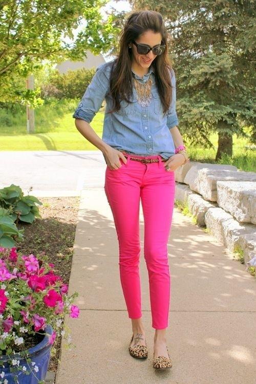 ярко-розовые узкие брюки и голубая блуза