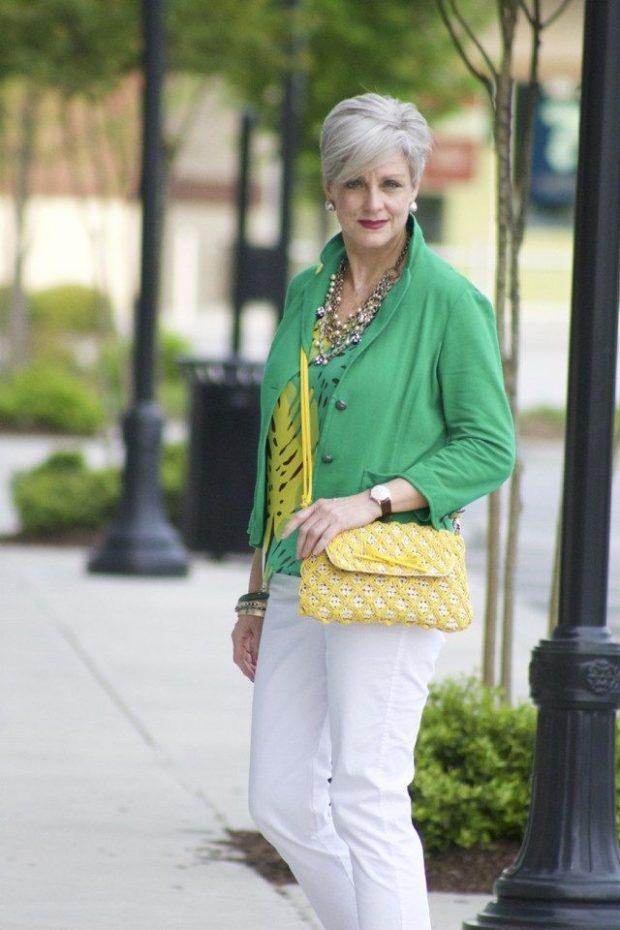 Мода весна лето 2021 для женщин за 40: светлые брюки и зеленый пиджак