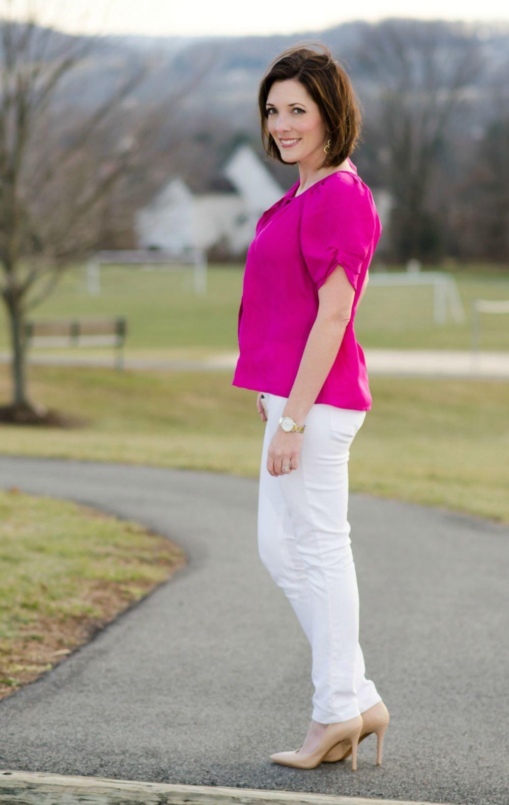 ярко-розовая блуза и светлые брюки