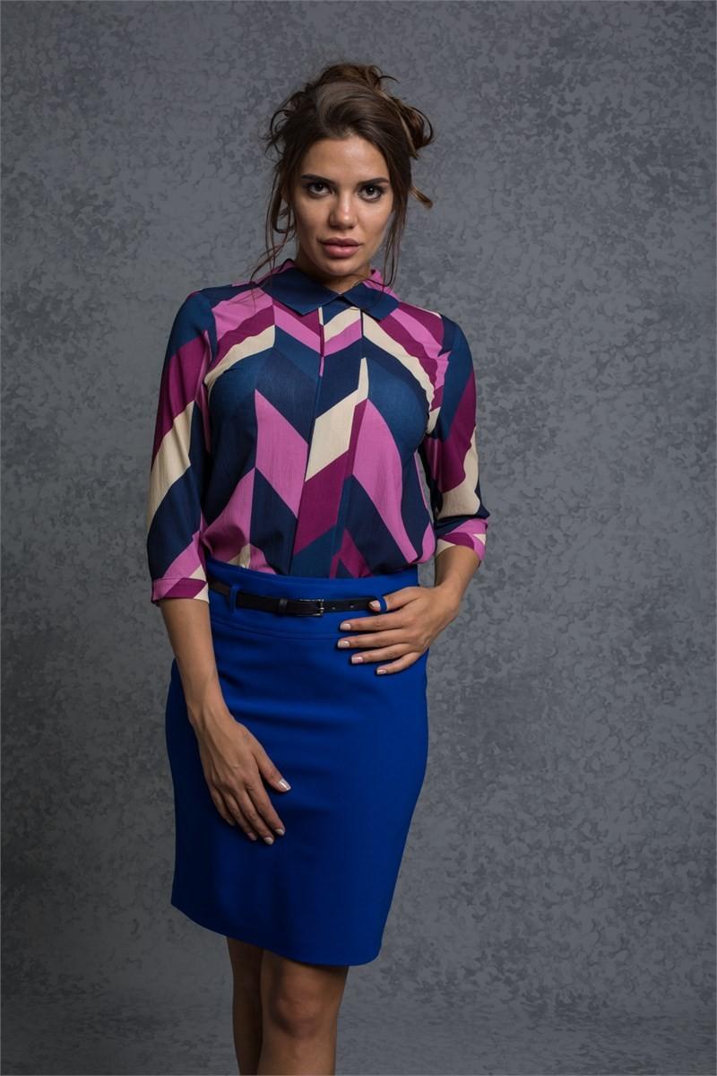 синяя юбка и блуза геометрический принт