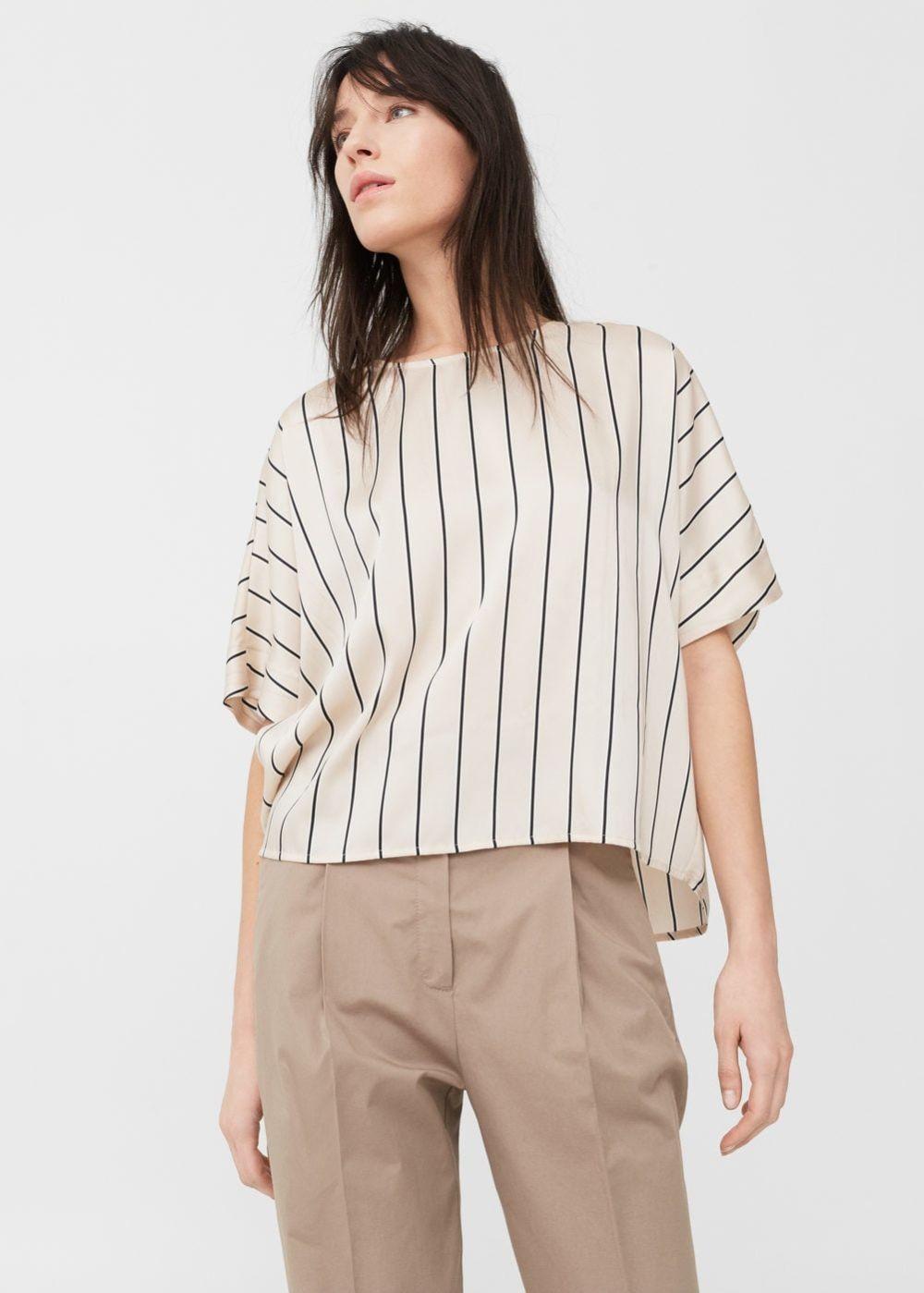 светлая блуза в полоску и бежевые брюки