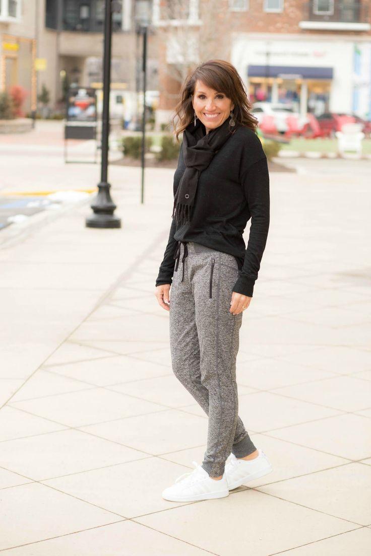 серые брюки и черная кофта в спортивном стиле