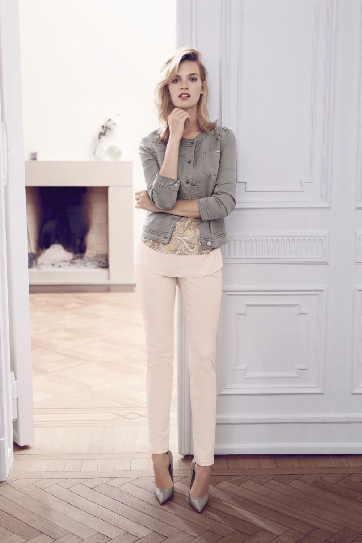 белые брюки и короткая серая куртка