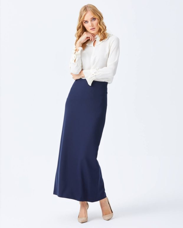 белая блуза и длинная синяя юбка