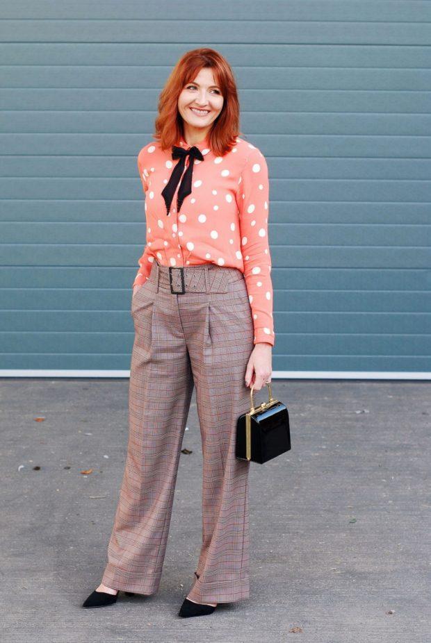 розовая блуза принт и бежевые брюки