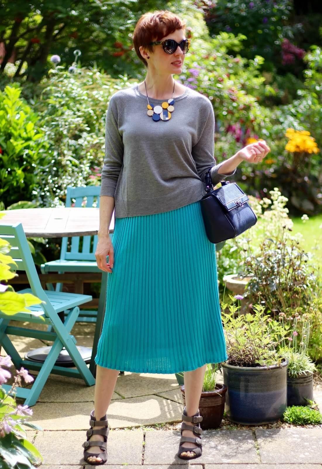 бирюзовая юбка и серый реглан