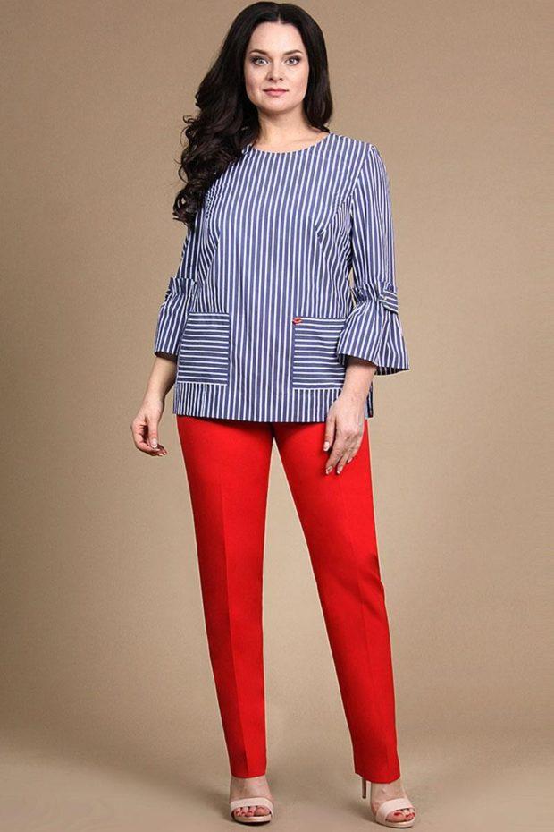 красные брюки и голубая блуза