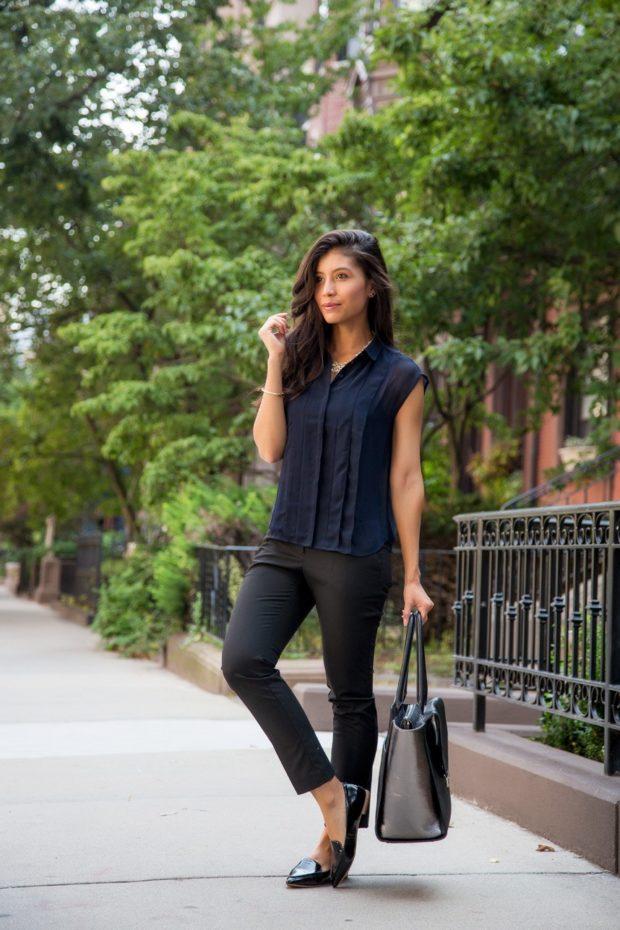 темно-синяя легкая блуза и темные брюки
