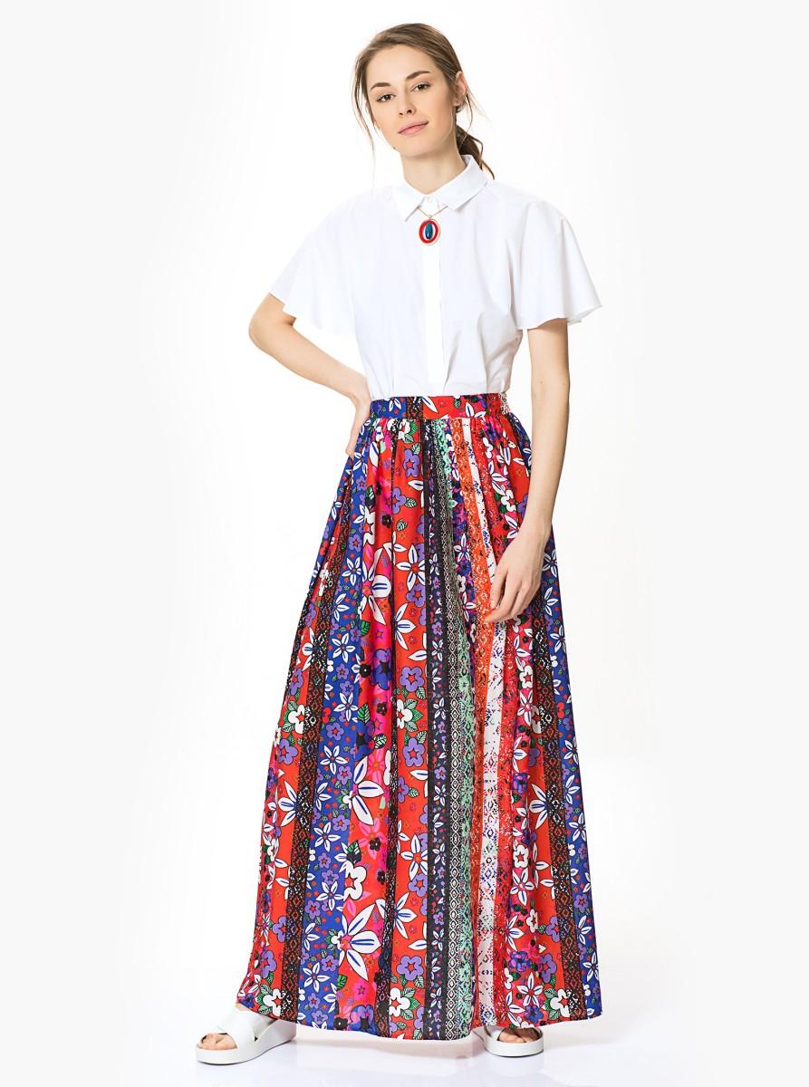 белая блуза и яркая юбка в пол