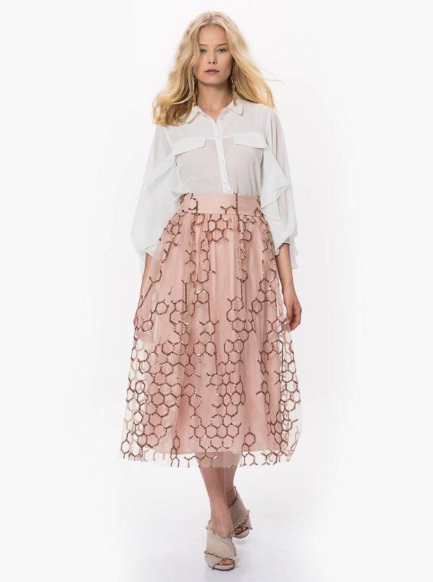 белая блуза и розовая юбка миди