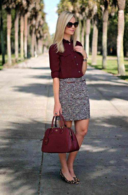 серая юбка, сумка и блуза цвета марсала