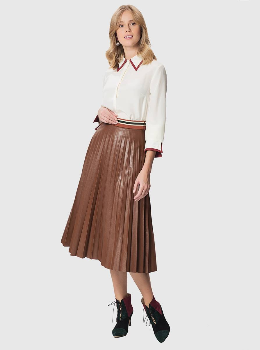 белая блуза и коричневая кожаная юбка