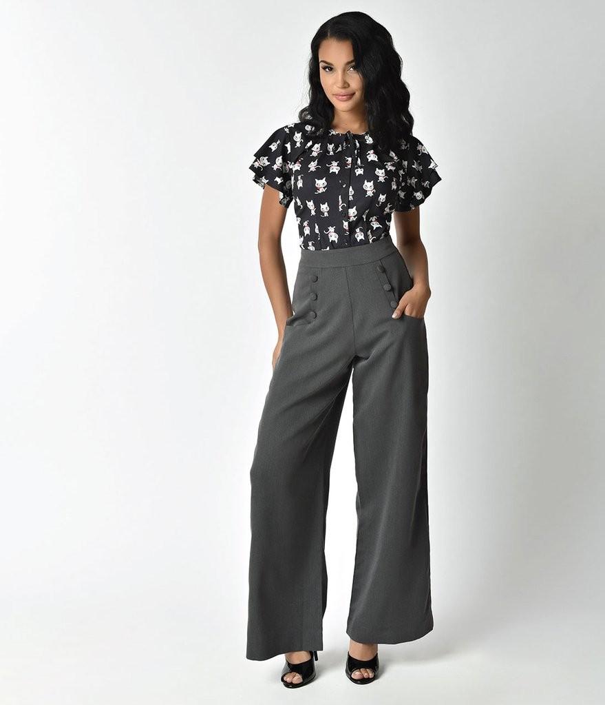широкие серые брюки и блуза со звериным принтом