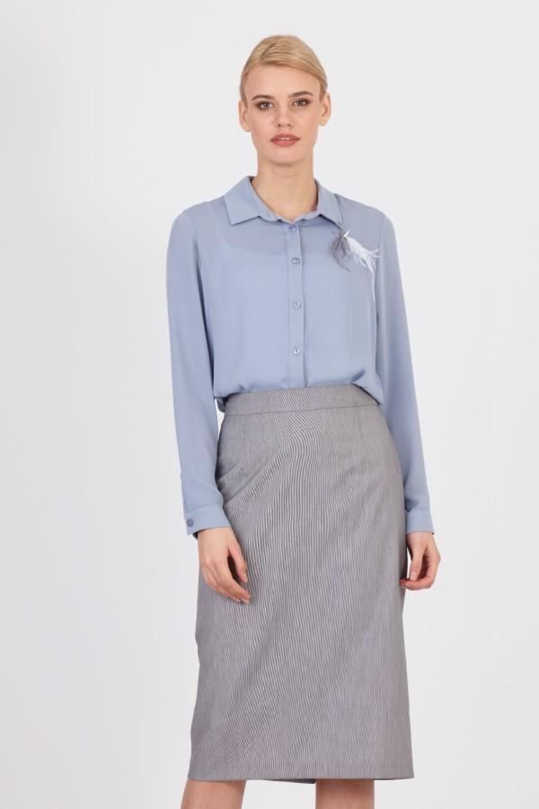 голубая блуза и серая юбка миди