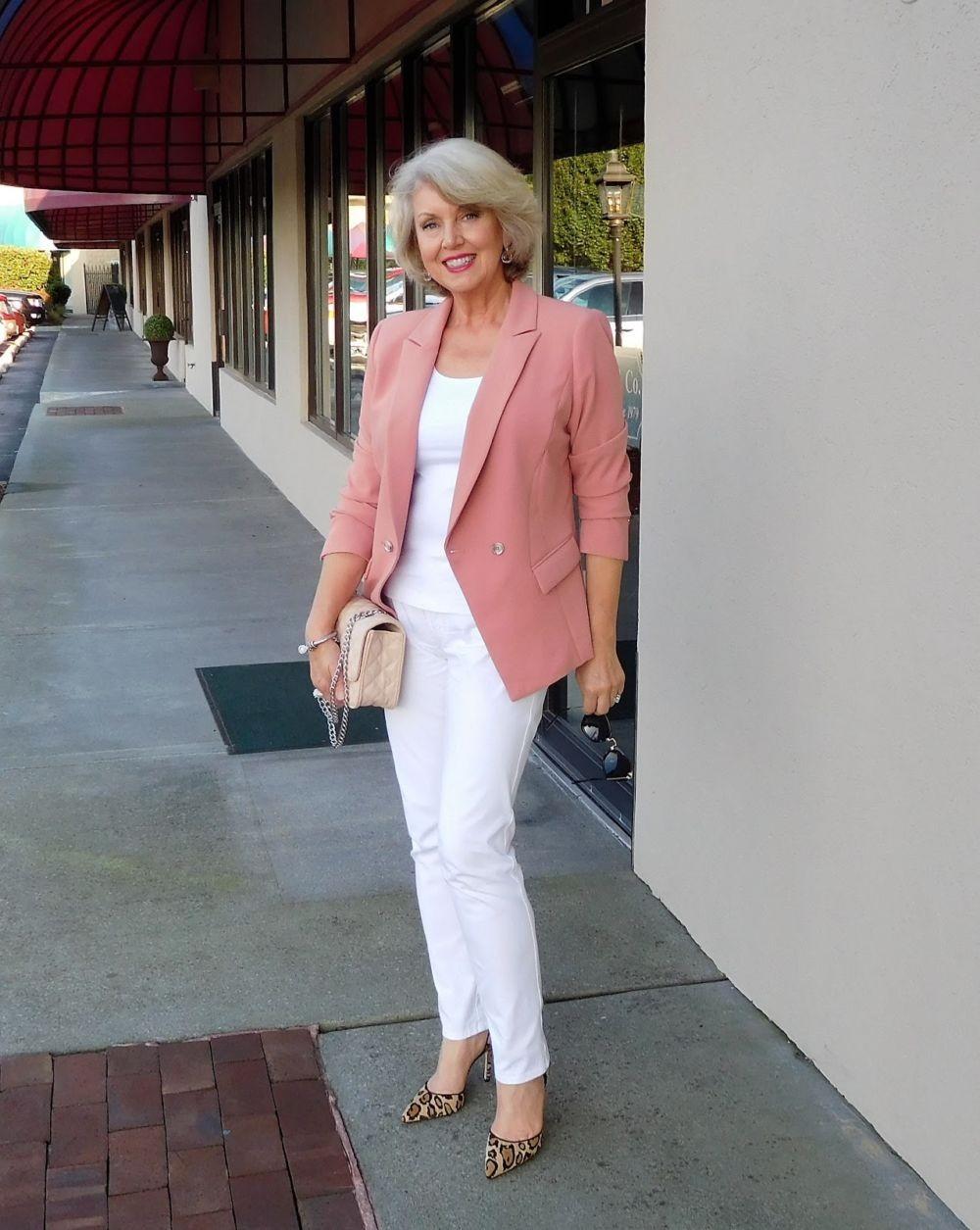 светло-розовый пиджак и белые брюки