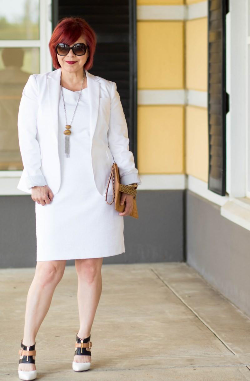 белое платье-футляр и белый пиджак