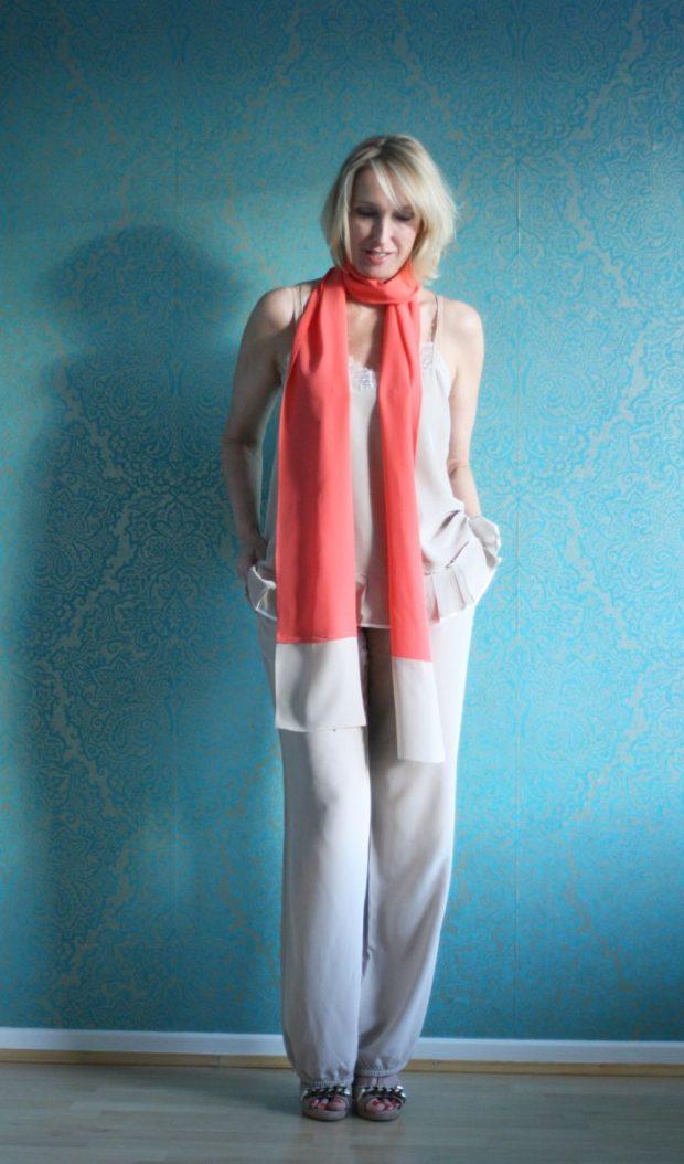 светлый брючный костюм и яркий шарф