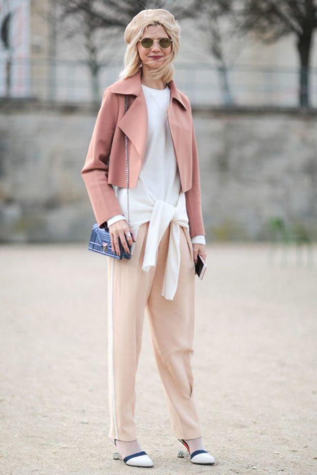 светлые зауженные брюки и укороченный жакет пастельных тонов