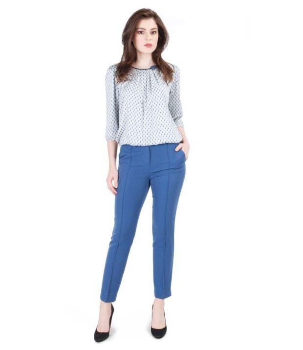 синие брюки и голубая блуза
