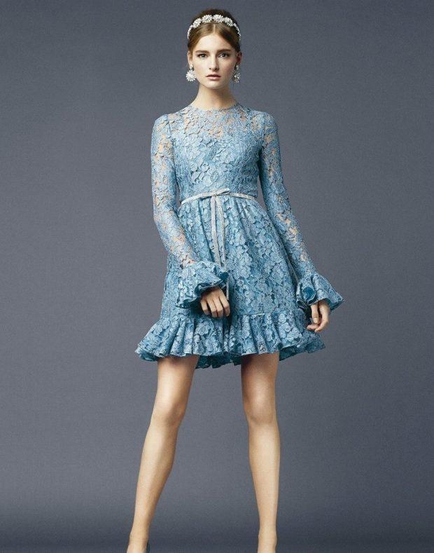 мода в одежде: синее ажурное платье с воланами