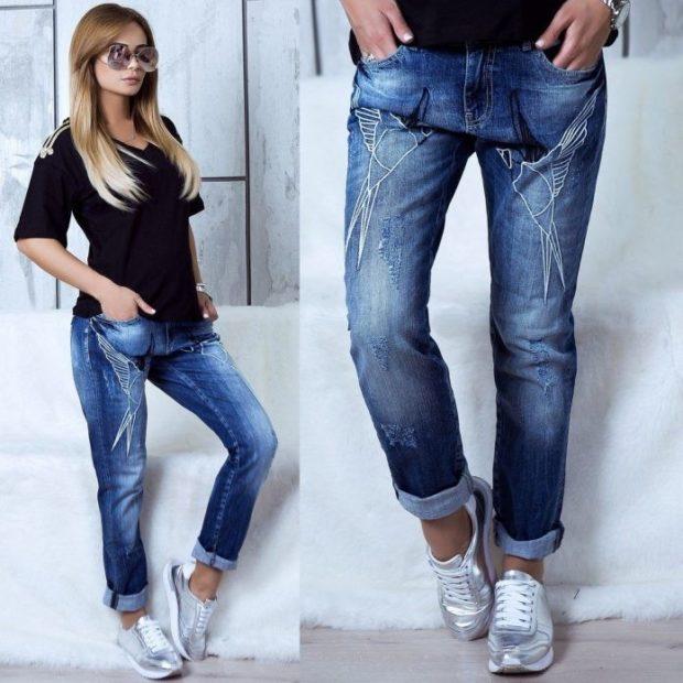 джинсы синие потертые под кроссовки черную футболку