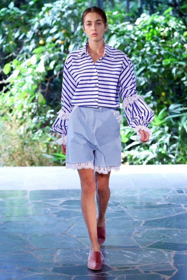 мода в одежде: голубые шорты под белую блузку в синюю полоску