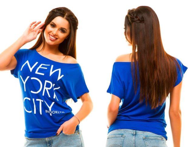 мода в одежде: синяя футболку с надписями одно открытое плечо