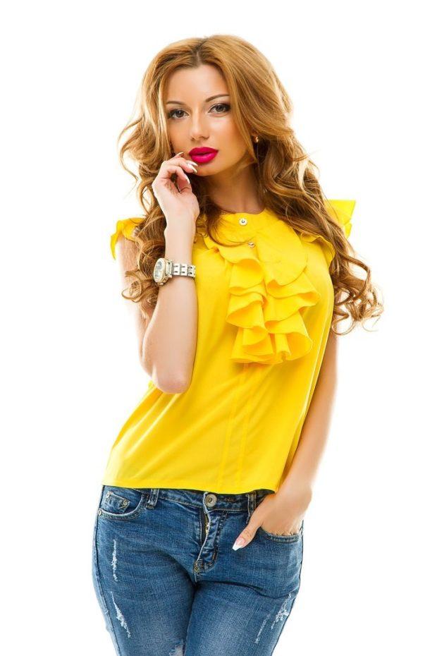 мода в одежде: желтая блузка с жабо