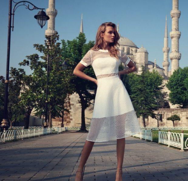 мода в женской одежде: платье белое сетка с коротким рукавом