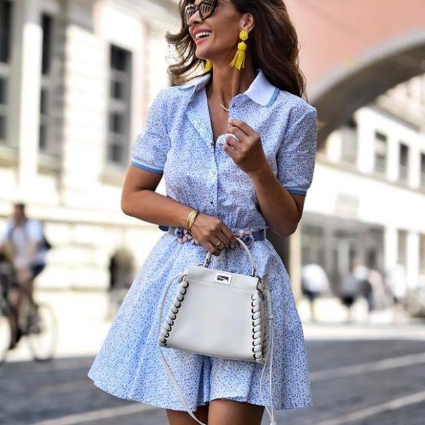 мода в одежде: платье голубое с коротким рукавом