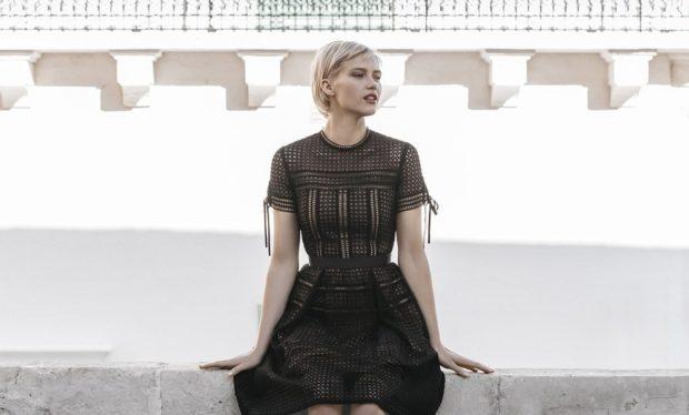 мода в одежде: черное платье-сетка с коротким рукавом