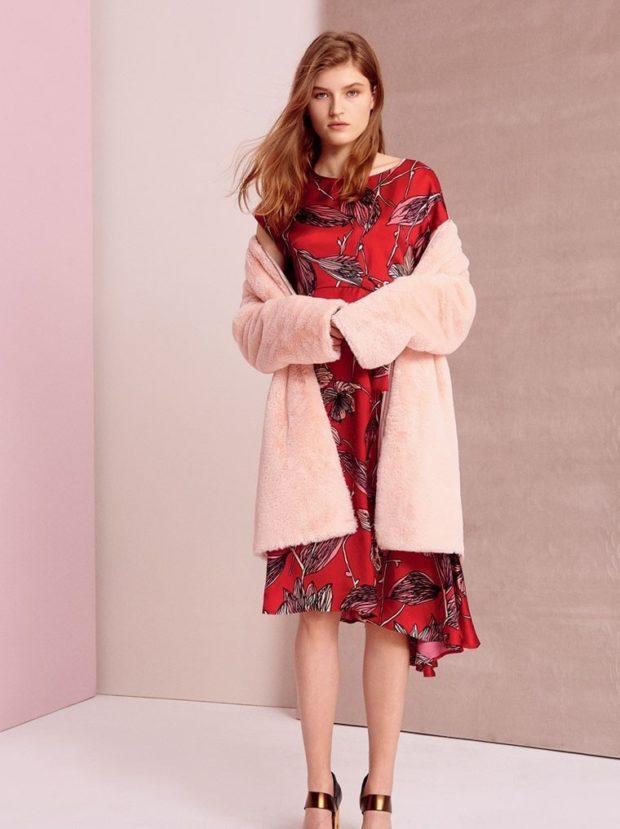 мода в одежде: красное платье в рисунок под розовую шубу