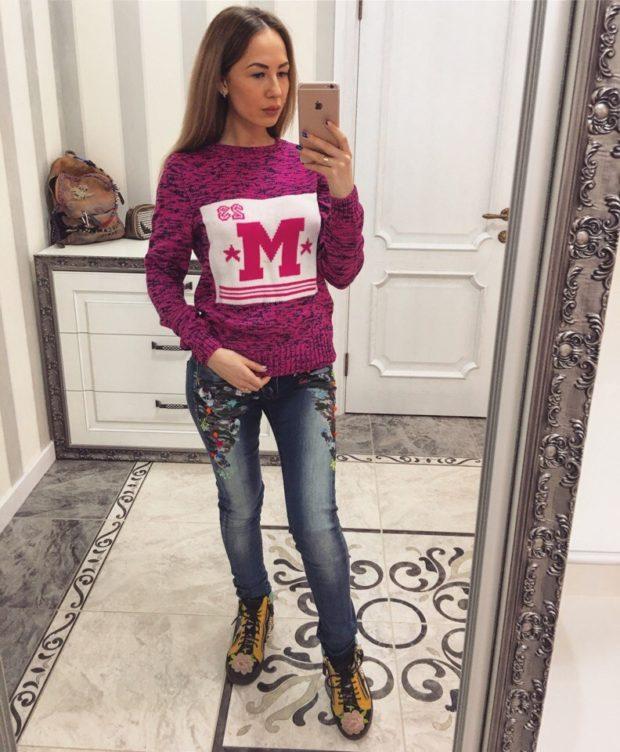 мода в одежде: теплый свитер розовый с рисунком под потертые джинсы