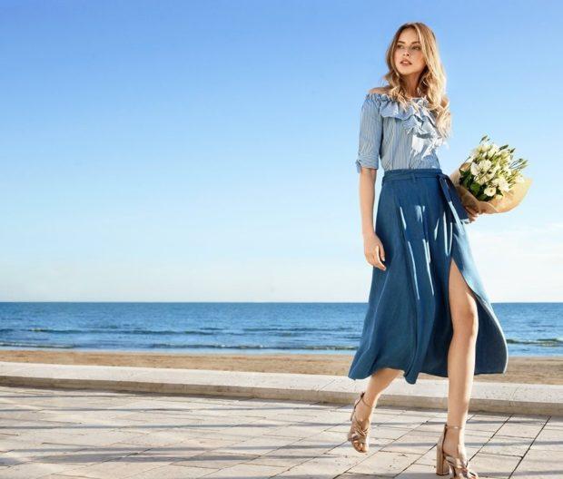 мода в женской одежде: синяя джинсовая юбка рубашка в полоску