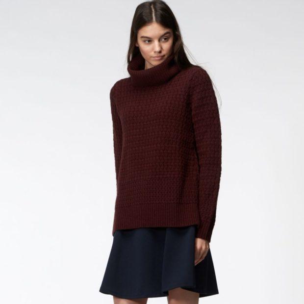 мода в одежде: коричневый гольф под синюю юбку