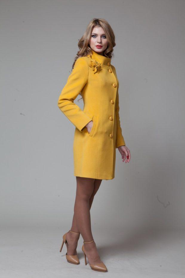мода в одежде: пальто желтое воротник стойка
