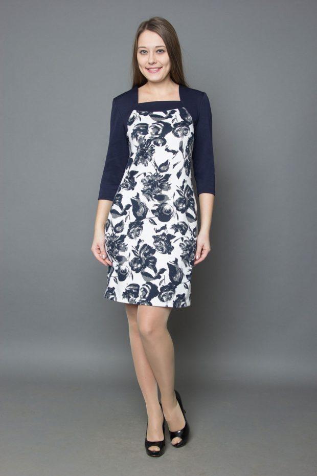мода 2019-2020: белое платье в цветы с синим рукавом