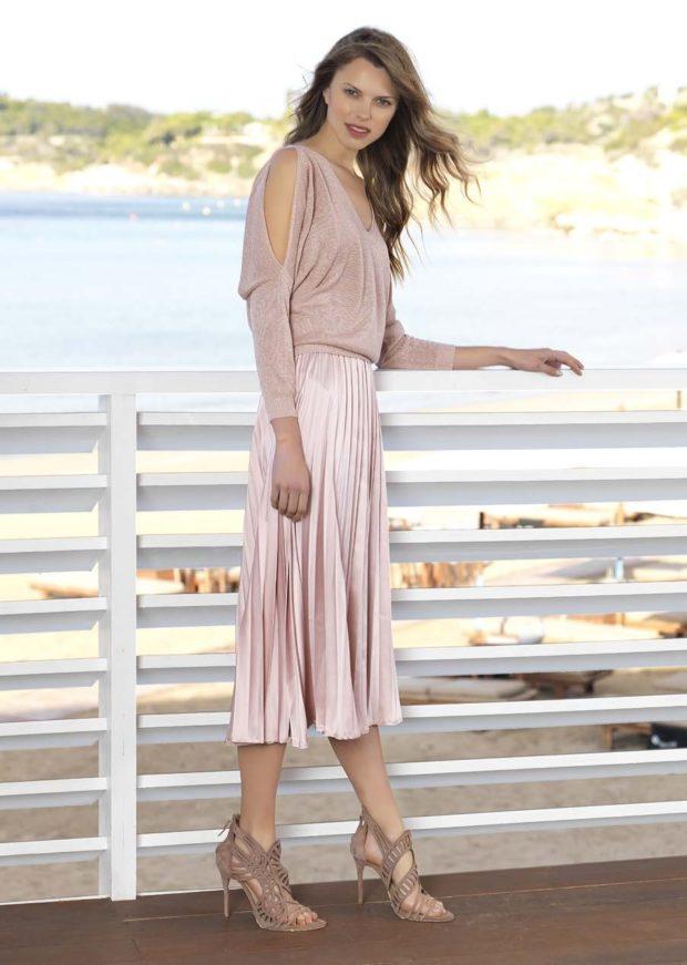 мода в женской одежде: юбка плиссе грязно-розовая под блузку в тон