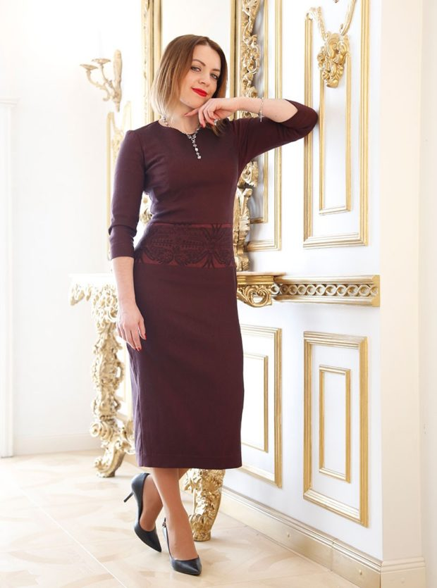 мода 2019-2020: коричневое платье рукав миди с рукавом 3/4