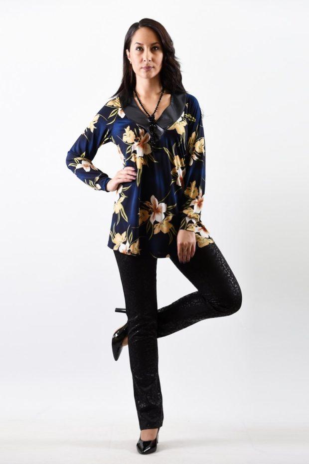 мода 2019-2020: блузка синяя шелковая в цветы