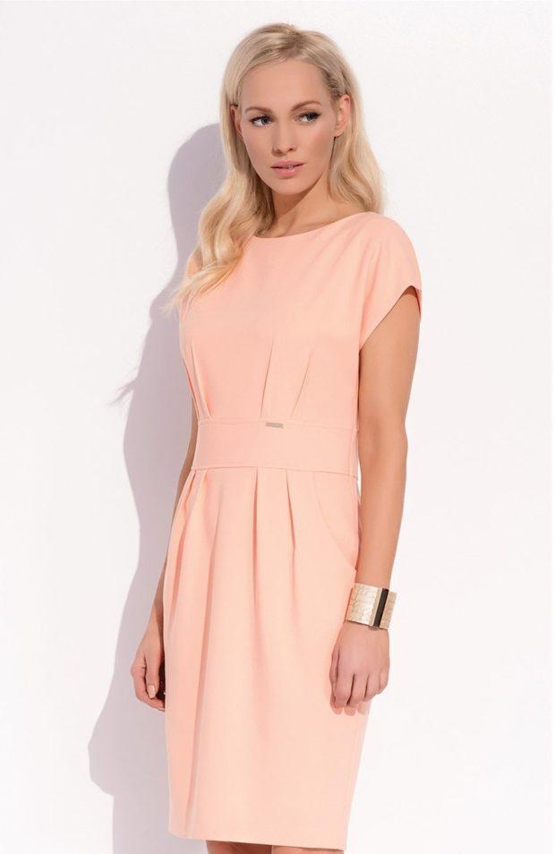мода в женской одежде: персиковое платье с защипами