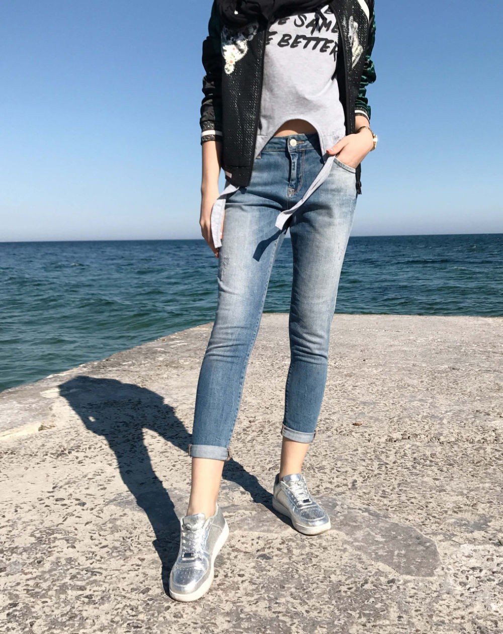 синие потертые джинсы короткие